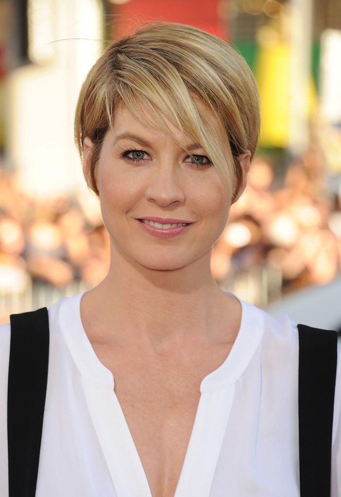 Very Short Bob With Points That Curl In From The Side For Super Hairstyles