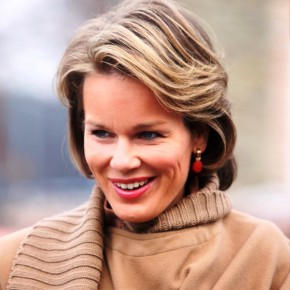 Classic Short Wavy Hairstyle For Ladies