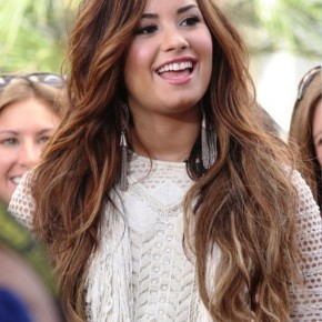 Demi Lovato Cute Long Wavy Hairstyle