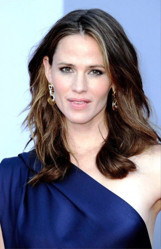 Medium Wavy Hairstyle For Women Over 30s