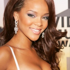 Rihanna Sexy Long Wavy Hairstyles