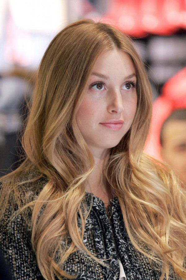 beautiful-woman-with-long-wavy-hairstyle-from-medium-to-end