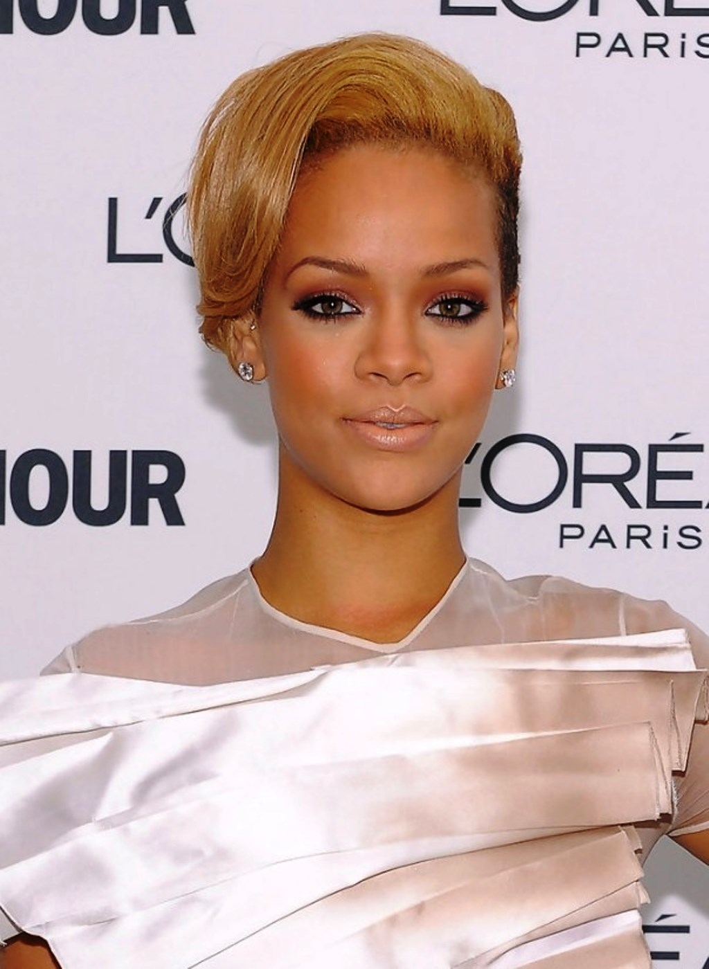 pictures of rihanna short straight hairstyle